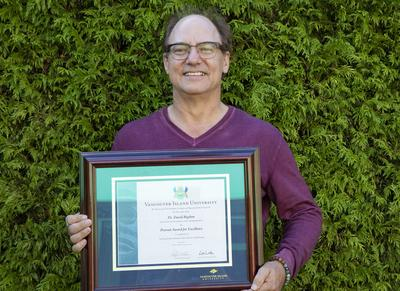 David Bigelow receives provost award for excellence in teaching that enhances deep learning